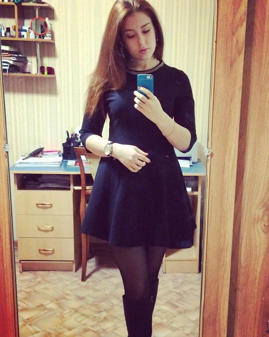 Девушка перед зеркалом в нижнем