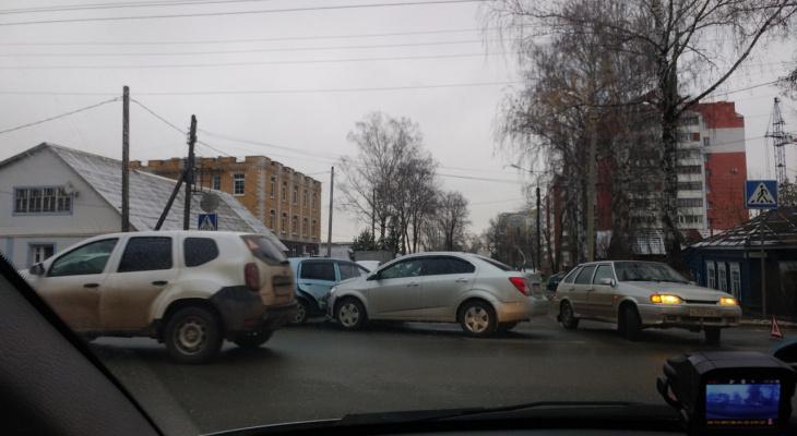 Две легковушки не поделили дорогу в Саранске