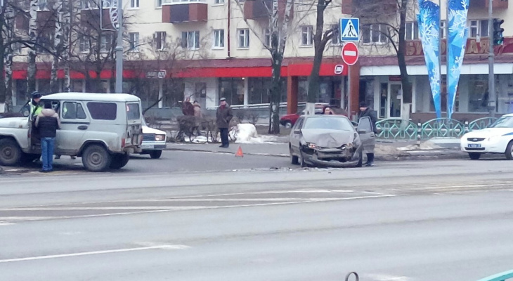 В центре Саранска столкнулись два автомобиля