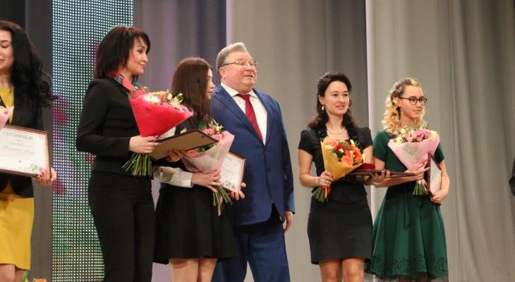 Глава Мордовии подарил женщинам цветы в честь 8 Марта