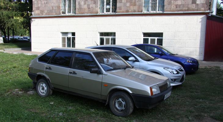 В Саранске начнут штрафовать автовладельцев за парковку на газоне