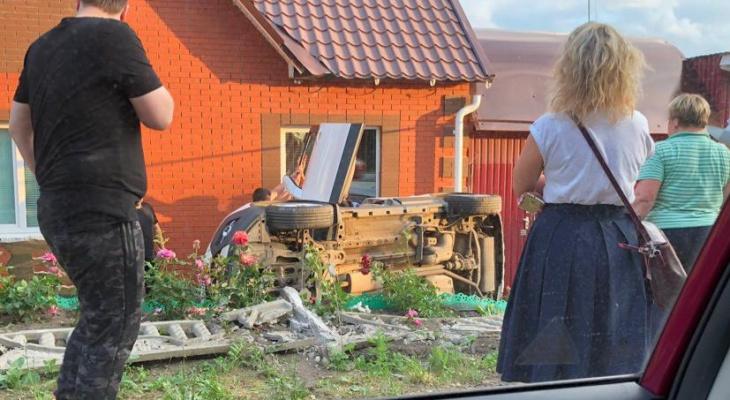 В Саранске авто влетело в частный дом, есть пострадавший