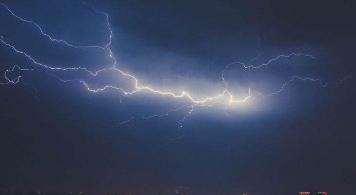 Экстренное предупреждение: в ближайший час на Мордовию обрушатся гроза и сильный ветер