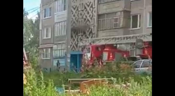 Из-за пожара на балконе многоэтажки в Саранске эвакуировали шесть человек