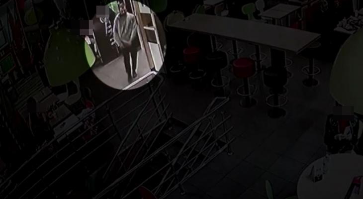 В Саранске неизвестный оставил туалет «Макдональдса» без электросушилки