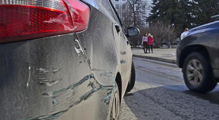 Молодые хулиганы «подрались» с чужим автомобилем в Саранске