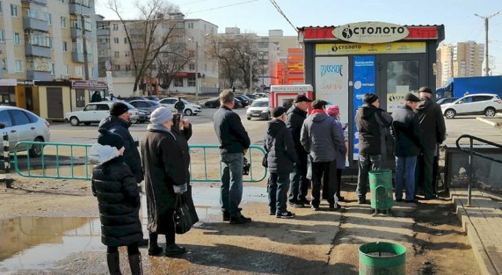 В столице Мордовии люди стоят в очереди, чтобы купить лотерейные билеты