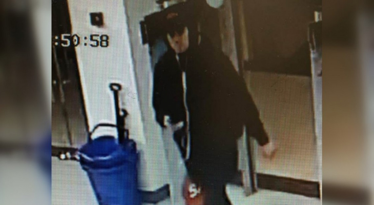 Полицейские ищут худого парня, укравшего куртку из магазина в Саранске