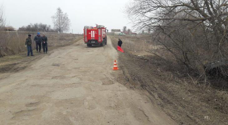 Водитель без прав съехал в кювет и врезался в дерево в Мордовии