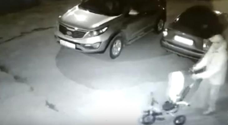 В Саранске неизвестный украл детский велосипед, оставленный около подъезда (видео)