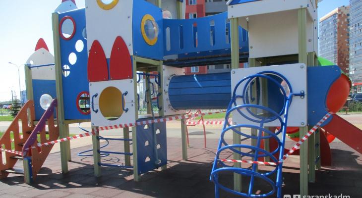 Жители Саранска срывают сигнальные ленты с детских игровых площадок