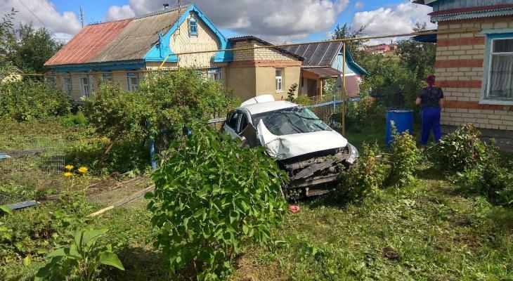 Серьезно помяло: в Мордовии авто протаранило столб и влетело в дом