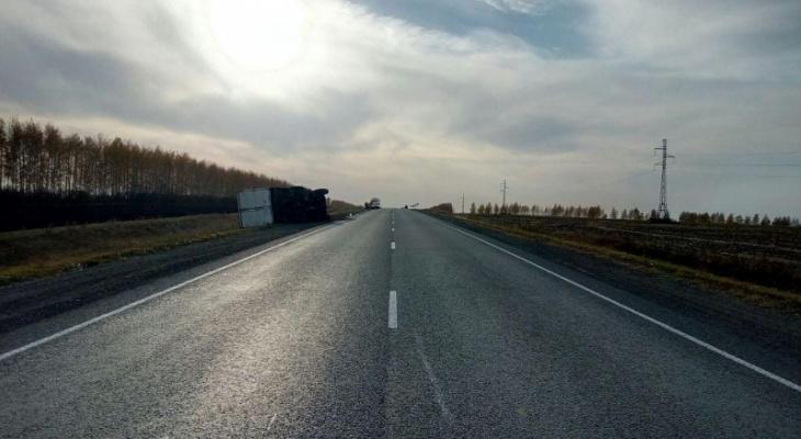 Большегруз опрокинулся после столкновения с иномаркой на трассе в Мордовии