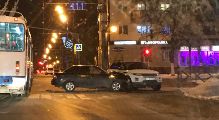 ДТП в центре Саранска: столкнулись легковушка и кроссовер