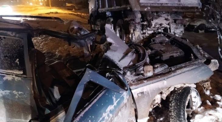 В Мордовии водитель «ВАЗа» снес столб и врезался в припаркованный большегруз