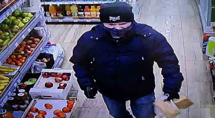 В Саранске ищут мужчину, который расплатился чужой картой в магазине