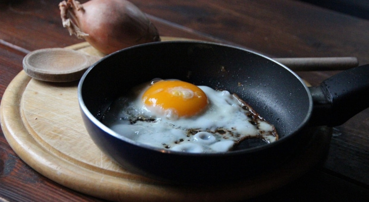 Диетолог рассказал об опасности популярного завтрака из жаренных яиц
