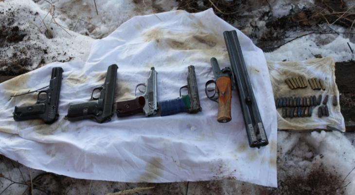 Двух сидельцев осудили в Мордовии за продажу пистолетов, обреза и патронов из тайника