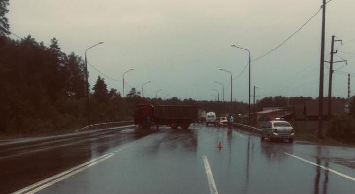 """В Мордовии легковой автомобиль """"КИА"""" врезался в МАЗ, есть пострадавший"""