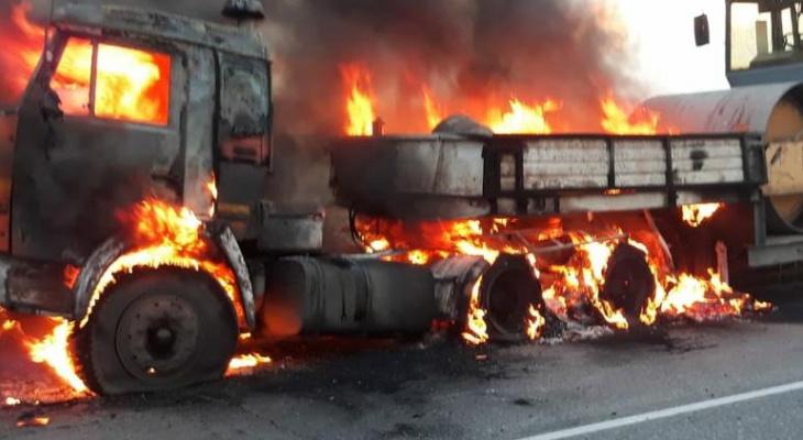 Вечером на трассе в Темниковском районе Мордовии загорелся «КамАЗ», перевозивший каток