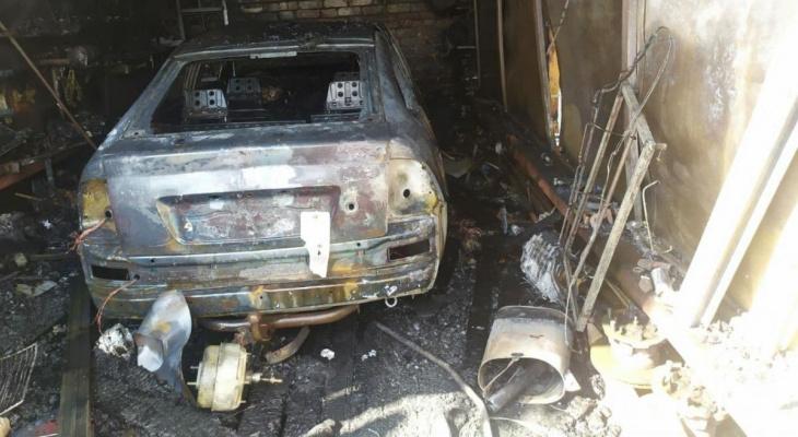 В Рузаевке огонь уничтожил машину и повредил гараж