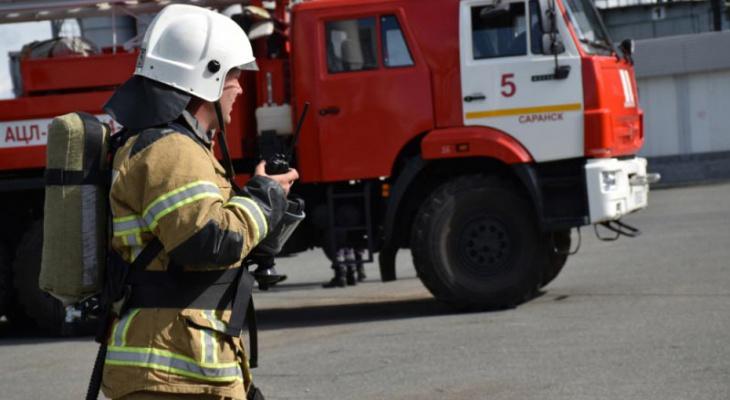 У жилого дома на юго-западе Саранска вспыхнул припаркованный автомобиль