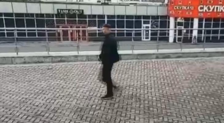 Неизвестный повредил стекло на здании универсального зала в Саранске